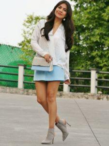 Серые ботинки с голубой юбкой