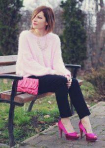 светло-розовый свитер и чёрные штаны