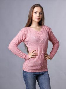 светло-розовый свитер и джинсы