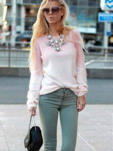 светло-розовый свитер и серые джинсы