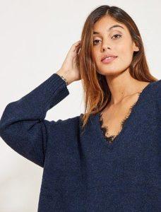 Синий свитер оверсайз с V-образной горловиной
