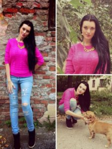 тёмно-розовый свитер и джинсы