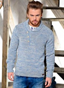 тёплый свитер с пуговицами