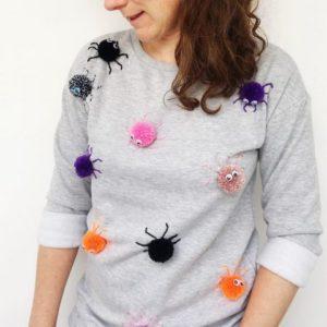 украшаем свитер помпонами