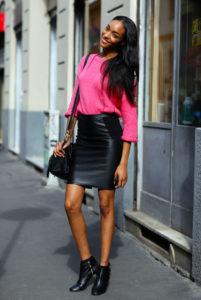 ярко-розовый свитер и юбка карандаш