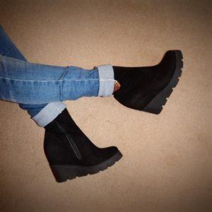 Замшевые чёрные ботинки с джинсами