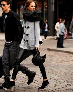 Чёрные ботки с белой подошвой с кожаными брюками