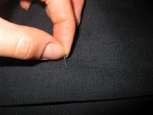как убрать затяжки на брюках