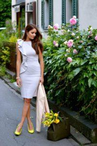 Белое платье с жёлтыми туфлями