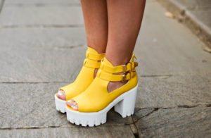 Жёлтые туфли на тракторной подошве