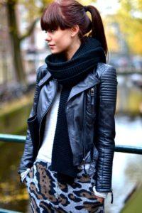 женский шарф под кожаную куртку