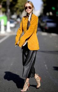 жёлтая замшевая куртка и кожаная юбка