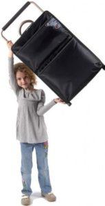 девочка держит чемодан