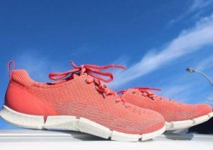коралловые кроссовки
