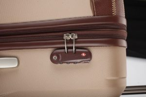 замок на чемодане
