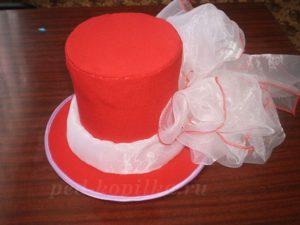 Красный цилиндр с бантом