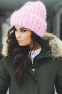 розовая вязанная шапка