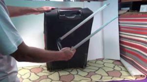 Черный чемодан с поломанной ручкой