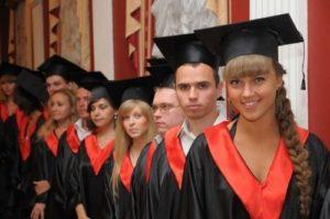 выпускники в шапочках