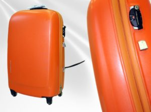 Рыжий чемодан со сломаной ручкой