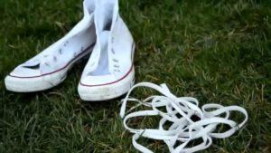 вынуть шнурки