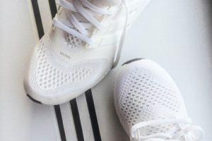 белые тканевые кроссовки