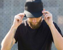 парень в кепке
