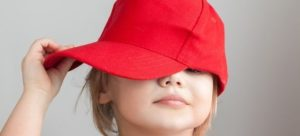 мальчик в красной кепке