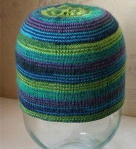 Вязаную шапку влажной натягивают на 3-литровую банку