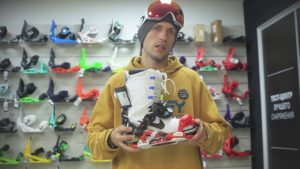 парень выбирает ботинки для сноуборда