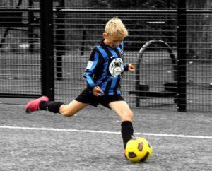 ребенок бьет по мячу
