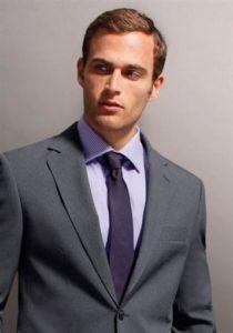 Сиреневая рубашка под серый костюм