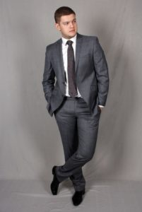 Белая рубашка под серый костюм