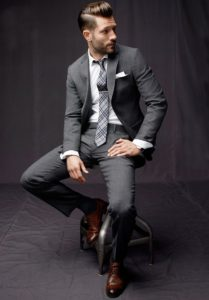Стильный серый костюм