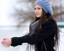 девушка с сиреневой шапке