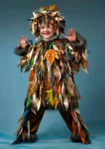костюм, украшенный листьями