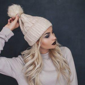 светлая вязанная шапка