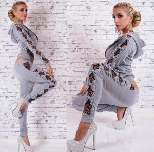 серый модный женский спортивный костюм со вставками