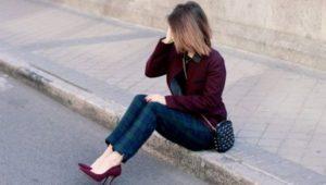 джинсы с бордовыми туфлями