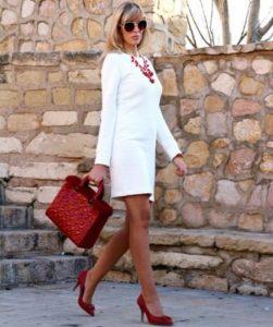 белый костюм с бордовыми туфлями