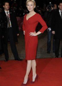 красное платье с бордовыми туфлями
