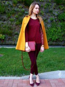 желтое пальто с бордовыми туфлями