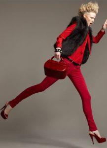 красный костюм с бордовыми туфлями