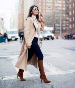 коричневые сапоги с пальто