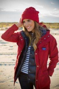 красная шапка с красной курткой