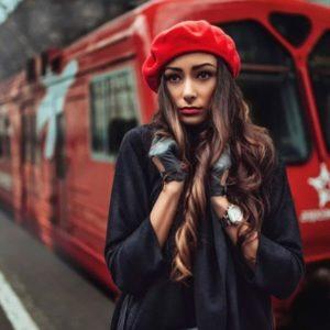 девушка в красном берете на фоне поезда