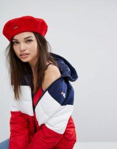 красный берет с курткой