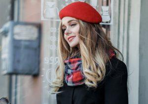 девушка в красном берете с клетчатым шарфом