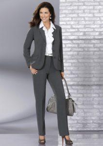 серый костюм с серыми туфлями