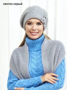 Серый берет с голубым свитером